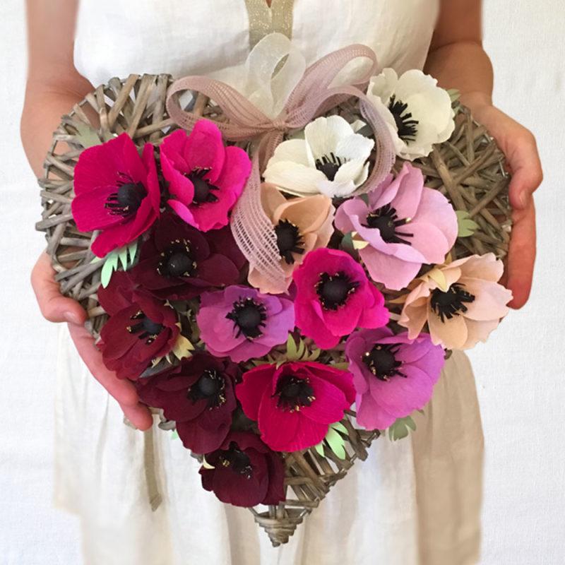 Cuore in vimini con Anemoni melanzana, magenta, rosa e bianco, decorazione, idee regalo