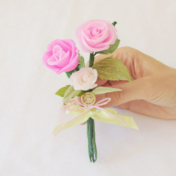 Mazzetto di Rose rosa di carta crespa, decorazione per cestino confetti battesimo
