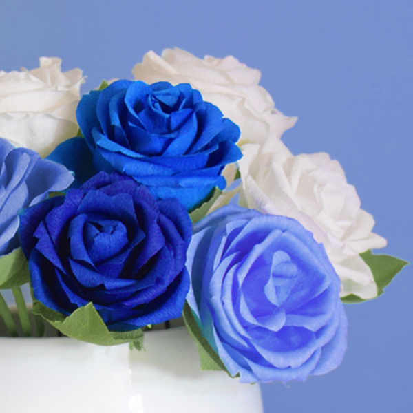 rose bianche e blu, carta crespa,fatto a mano