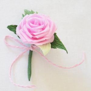 Spilla con Rosa rosa di carta crespa per decorazione abito battesimo
