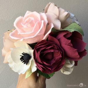 Bouquet Ginevra con Rose, Cosmos e Ranuncoli bianco, rosa, sangria e melanzana, di carta crespa, matrimonio, idee regalo