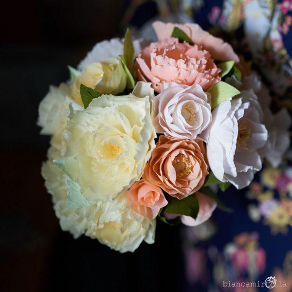 Bouquet Mirtilla con Peonie e Ranuncoli panna, rosa e corallo di carta crespa, matrimonio