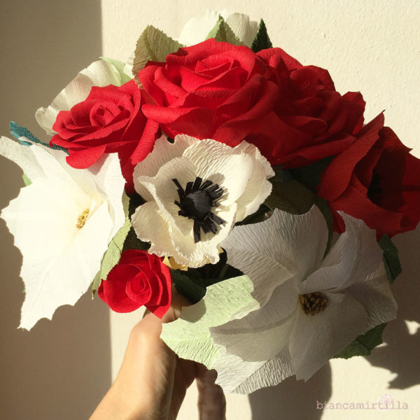 Bouquet Stella con Rose rosse e Stelle di Natale bianche e rosse di carta crespa, idee regalo