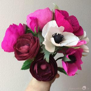 Bouquet Valerie con rose inglesi e anemoni magenta di carta crespa, idee regalo