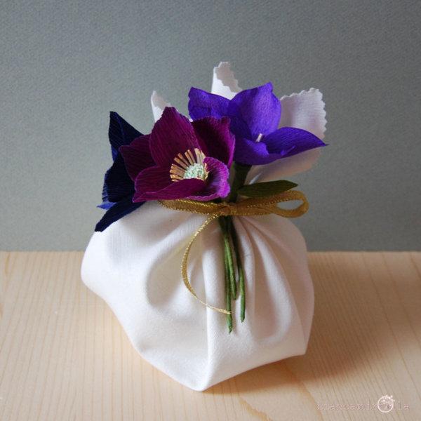 Elleboro sono Rose di Natale con sacchettino, fiori di carta crespa, idee regalo per Natale
