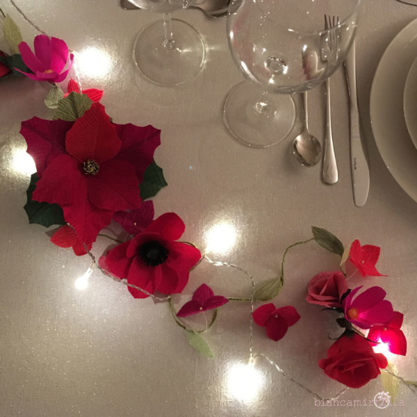 centrotavola natalizio con fiori di carta con portatovaglioli idea regalo
