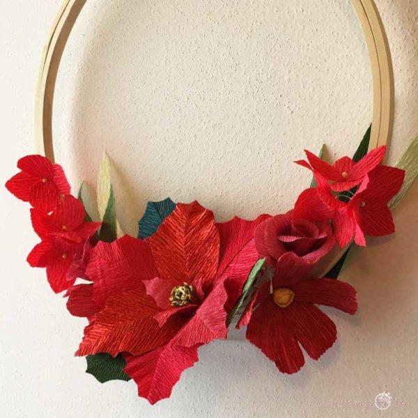 ghirlanda su telaio con stella di natale ortensia cosmos rosa, fiori di carta, idee regalo