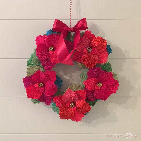 Ghirlanda con Stelle di natale in cromatismo fiori di carta crespa idee regalo per Natale