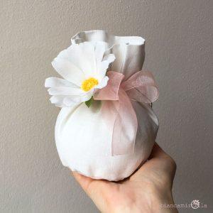 sacchettino grande per confetti con una Margherita, fiori di carta, idee regalo battesimo nascita e matrimonio