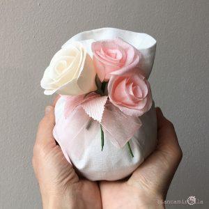 sacchettino grande per confetti con tre Rose, fiori di carta, idee regalo battesimo nascita e matrimonio