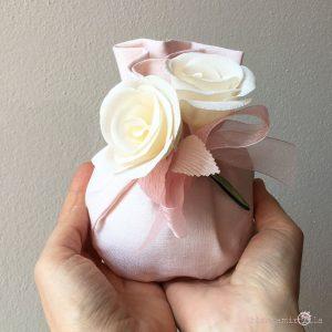 sacchettino grande per confetti con due Rose, fiori di carta, idee regalo battesimo nascita e matrimonio
