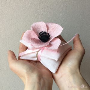 sacchettino medio per confetti con Anemone, fiori di carta, idee regalo battesimo nascita e matrimonio