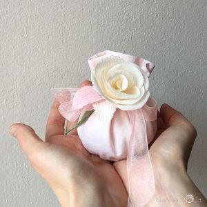 sacchettino medio per confetti con due Rose, fiori di carta, idee regalo battesimo nascita e matrimonio