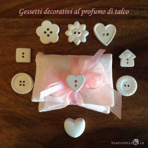 sacchettino medio per confetti con un gessetto profumato, fiori di carta, idee regalo battesimo nascita e matrimonio