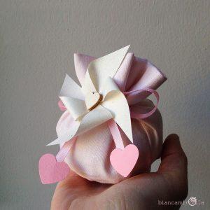 sacchettino medio per confetti con una girandola, fiori di carta, idee regalo battesimo nascita e matrimonio
