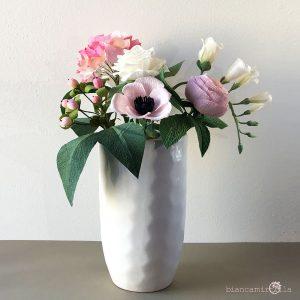 composizione con fiori di carta decorazione per eventi e casa