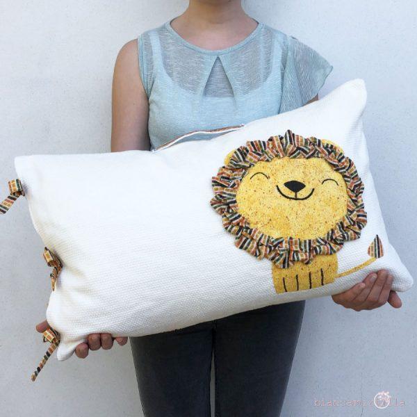 cuscino di piume d'anatra con fodera in cotone cucita a mano con un leone anteriore e una tasca porta libri sul retro