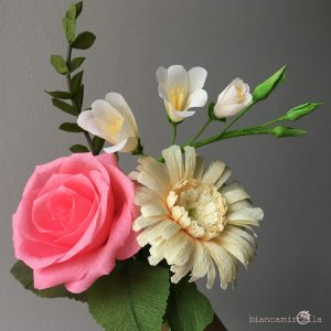 composizione con fresia gerbera rosa eucalipto fiori di carta idee regalo