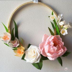 Composizione Anna con peonia rosa narcisi fresia fiori di carta