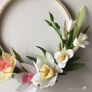 Composizione Isabella con narcisi fresia fiori di carta