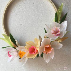 Composizione Aurora con narcisi fiori di carta